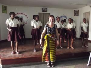 """Godelieve Pieper op bezoek in Mozambique in 2015. """"Voor het alfabetiseringsproject hoef je niet meer te gaan, dit loopt als een trein""""."""