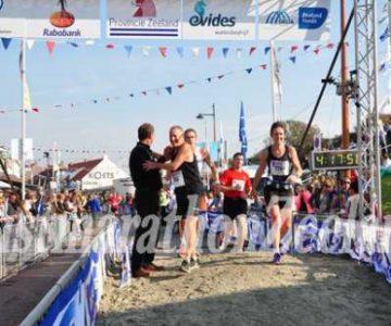 Gulle gevers sponsorden bestuurslid Godelieve Pieper  bij haar  Sponsorlopen voor Madre Rosetta.